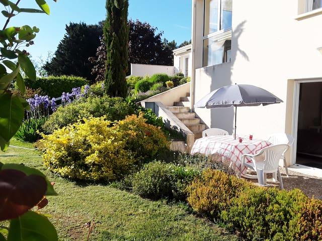 Chambre en rez-de-jardin proche de la Charente