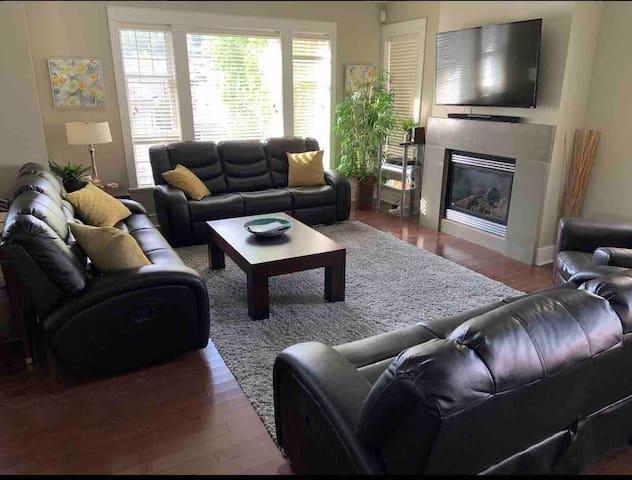Beautiful luxury Home Bear Mtn Resort Victoria