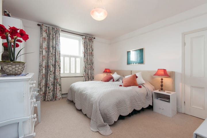 Spacious King/Twin Bedded B&B (one of two rooms)