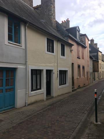Maison Fleury . A stylish ancient village cottage