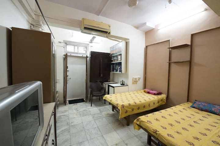 Shared bedroom in Khar west for single male.