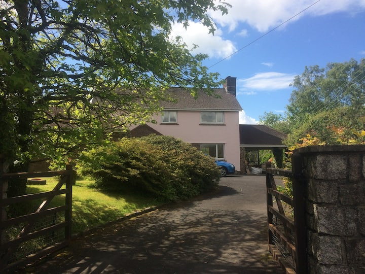 Spacious 3- Bedroom Detached House with Large Gdn