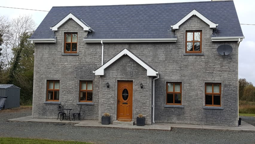 Cloonfinnan - quiet 2 bedroom home in the country - The Village - Casa