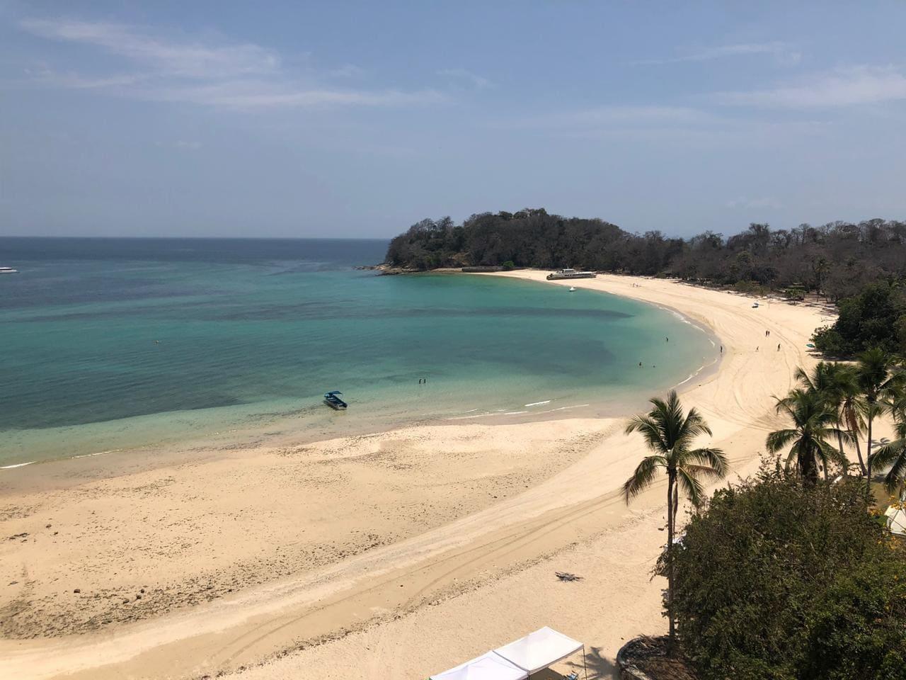 A pié de playa Vista desde la terraza de la playa larga. Le gusta una playa casi solitaria para Vd y su familia? Venga a disfrutarla. Aguas limpias, color turquesa.