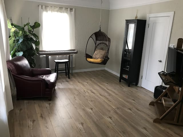 Spacious and artsy 1 bedroom in the heart of LA.