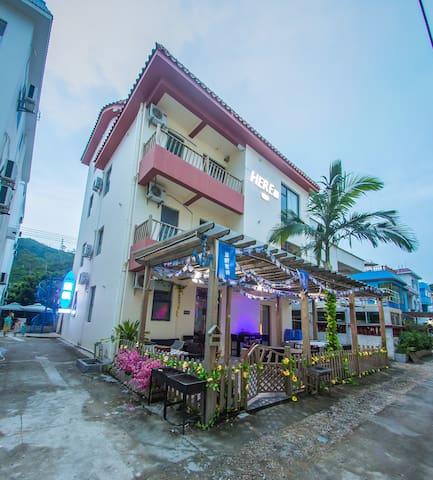 HERE印象蓝帆店,共有18间房。可入住38人。客栈有多种娱乐设施。 - Shenzhen - Huis