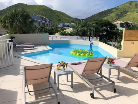 Hermosa suite S19 con vistas a la piscina y al mar