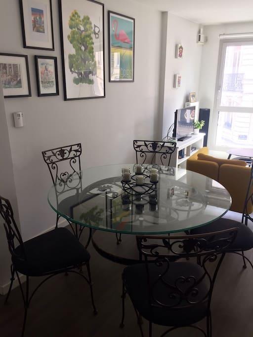 Salle a manger attenante au salon equipe d'une table pouvant acceuillir de 1 à 6 personnes