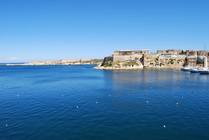 Sea Front Apartment. Access to Valletta by Ferry.