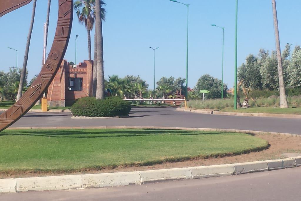 Haupteingang mit Kreisverkehr