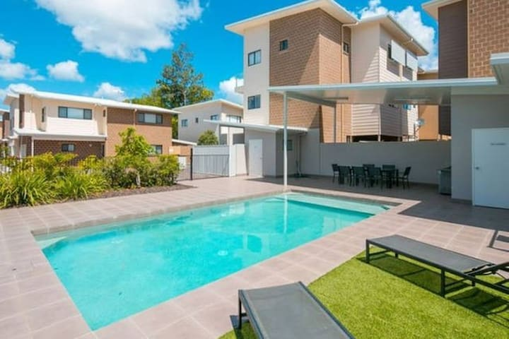 Master Queen Bedroom + En-Suite + Wi-Fi + BBQ+PooL - Capalaba - Villa