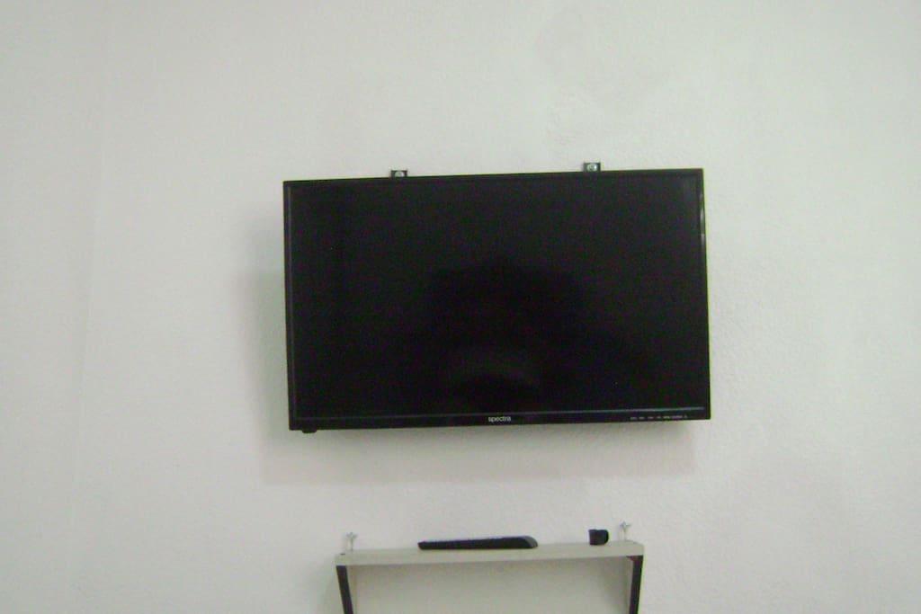 Habitación principal con televisión de 32 pulgadas con funcion smart tv cargada con peliculas recientes