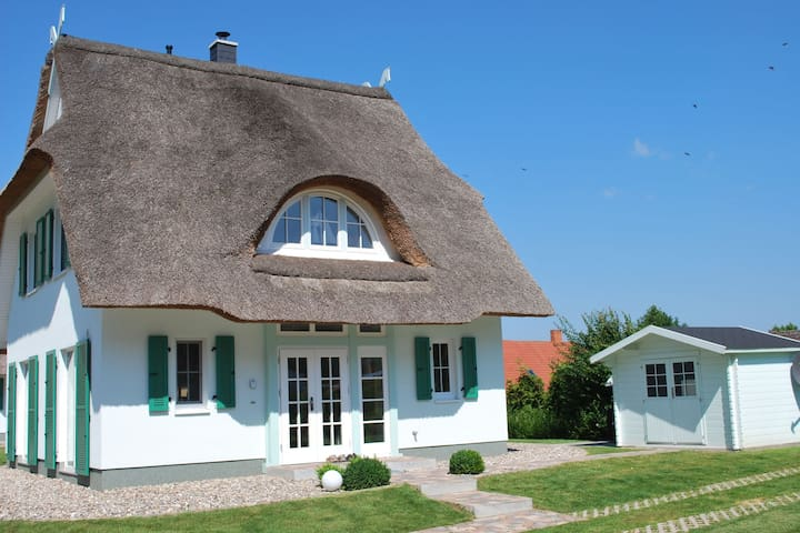 Detached and comfortable thatched house in the Gutspark Rerik