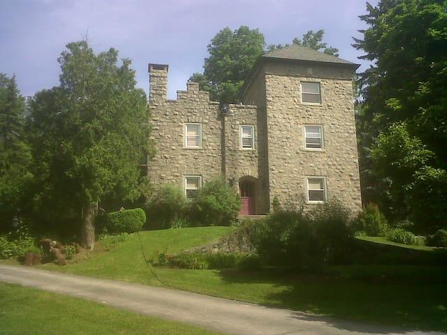 "Rapunzel Room in a ""Castle"" in Villanova - Villanova - House"