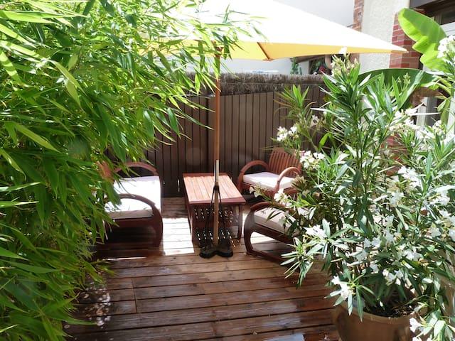 un petit air exotique pour la fraîcheur et l'intimité   un petit déjeuner dans la verdure ...la chambre ouvre directement sur ce petit coin a l'abri du vent