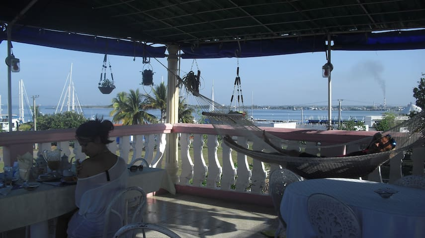 Pareja de italianos a la hora del desayuno en la terraza con vista al mar