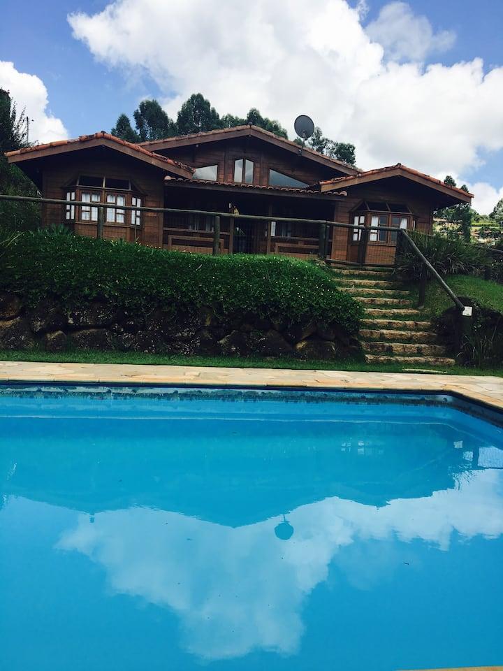Chalé de madeira com piscina e churrasqueira