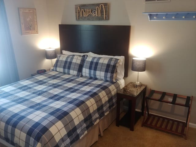 Private and Comfortable Bedroom and Bath near KC