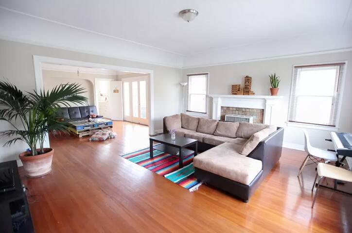Private room in huge cute Craftsman apartment - Los Angeles - Leilighet