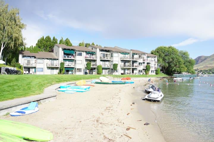 Lake Front Studio ~ Pool ~ Hot Tub ~ Sandy Beach - Chelan - Appartement en résidence