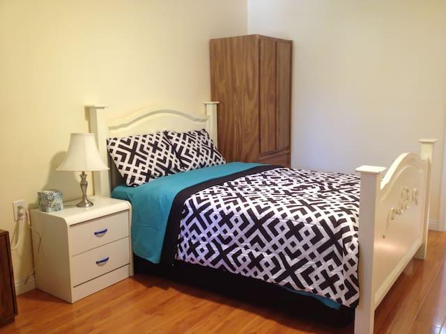 Studio Private Bedroom & Bathroom - Fullerton