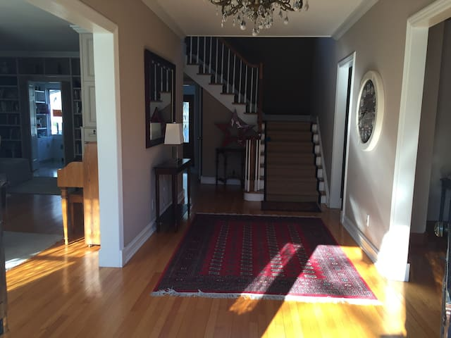 Grand light filled home sleeps 10 - Pelham Manor