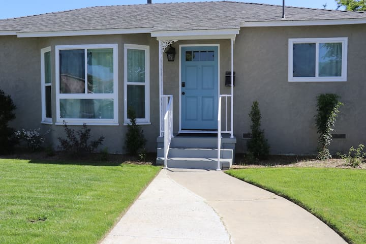 ***Cozy home in Long Beach sleeps up to 12***