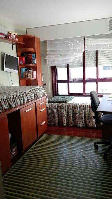 dos camas de 90 con tele `, ordenador y baño