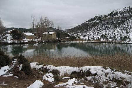 """Habitación """"Masia""""  Siglo. XVIII junto a lago."""