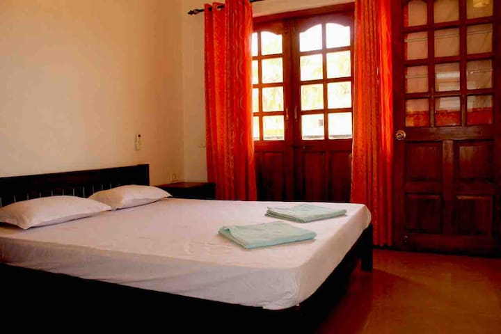 Cozy candolim apt  for five adults nr the beach