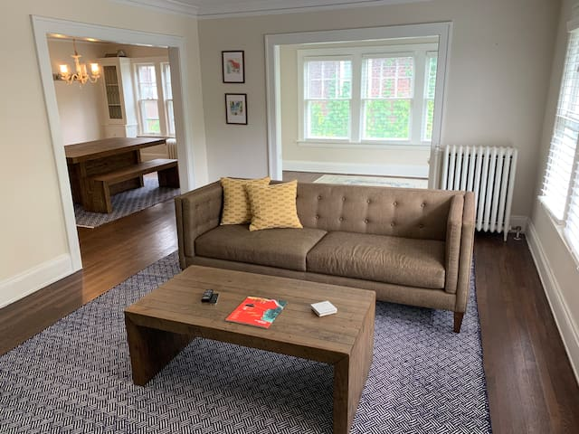 Shaker Lakes Airbnb Apartment (Near Everything)