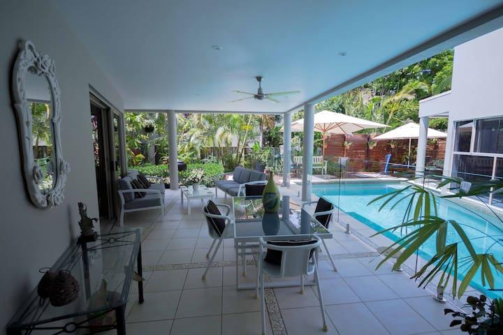 Relax in Studio Room in Tropical Garden Retreat - Noosa Heads - Bed & Breakfast