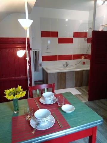 Coin repas et salle de bain