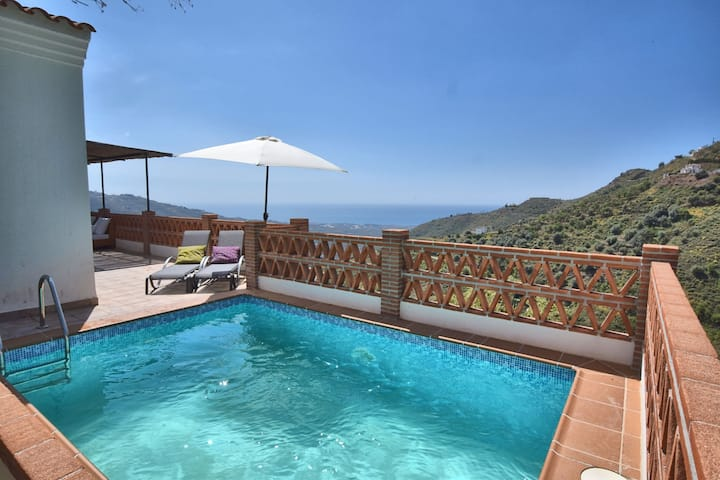 Cozy holiday home with beautiful terrace, panoramic views, WiFi and private pool