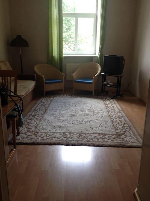 Гостиная моей квартиры достаточно просторна, в ней можно даже танцевать:) проверено!:))