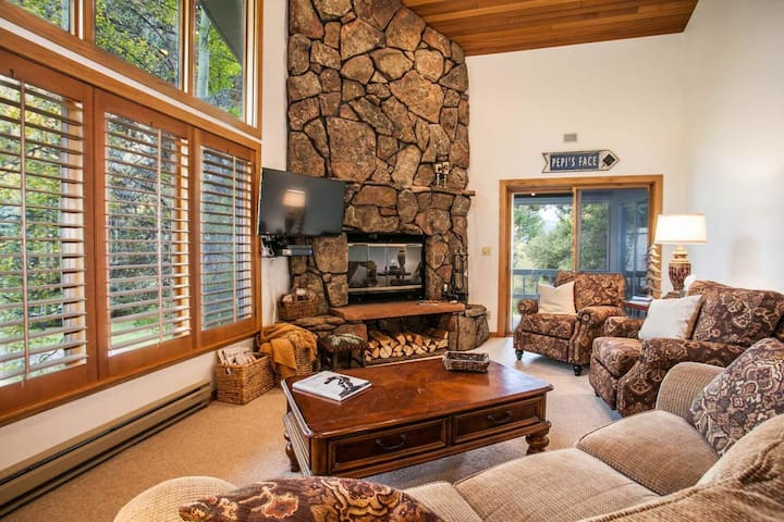 Vail Golf Course Home, Easy Bus Stop, Prvt Hot Tub, Convenient to Hiking & Biking, Family Friendly! - Vail - House