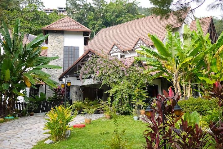 Tropical Vintage Villa W/ 8BR 10min to the Beach ✨