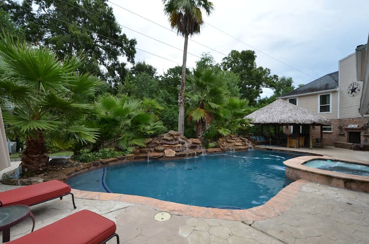 Back Yard Vacation Oasis with Pool/Hot Tub 5BR 3FB