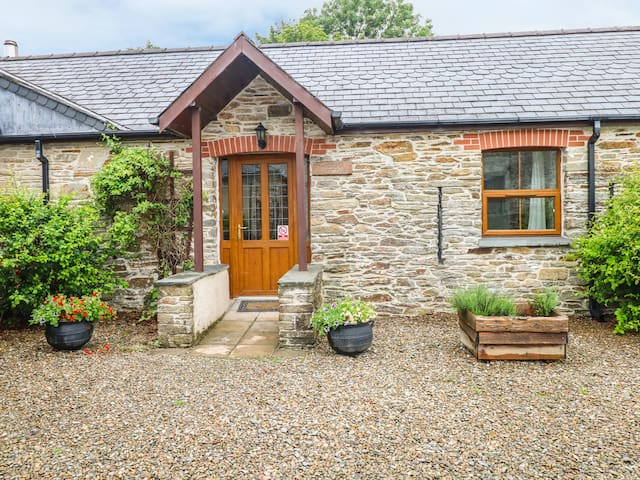 SANDPIPER COTTAGE, pet friendly, with pool in Llanboidy, Ref 924598