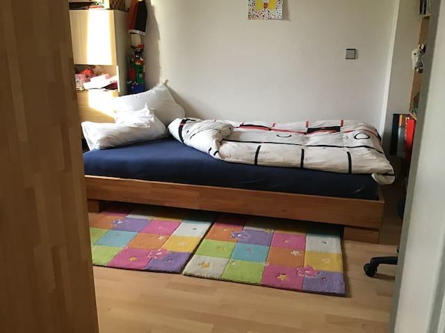 Schlafzimmer mit 1,2x 2m Bett u.WLAN in Privathaus