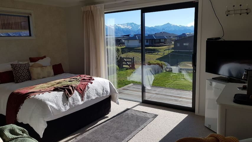 Ensuite studio with mountain views No cleaning fee