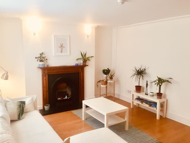 Central London - Trendy, Calm Flat - Sleeps 4