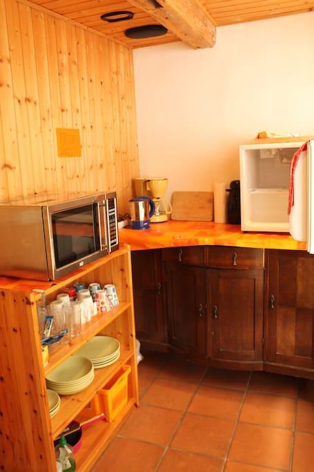 Teeküche mit Mikrowelle, Kühlschrank, Kaffeemaschine, Geschirr und Spülservice