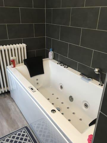 La salle de bains est une invitation à la détente...