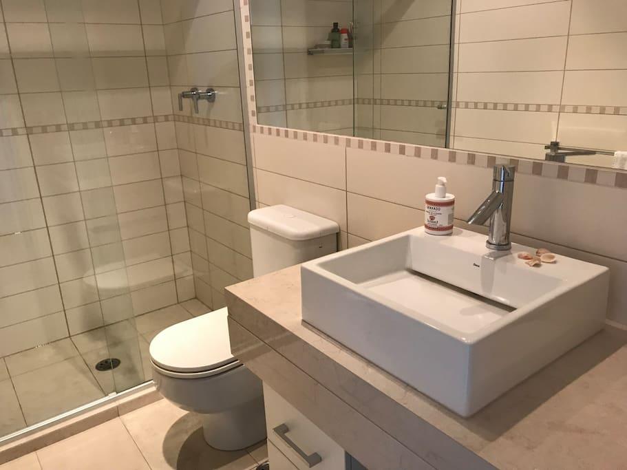 Banheiro hóspedes com chuveirão de água quente