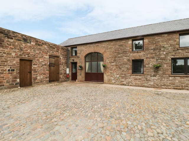 WOODHEAD FARM COTTAGE, family friendly in Penrith, Ref 980511