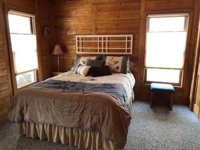 Cozy Cabin nestled in woods, 12 minutes from UNC