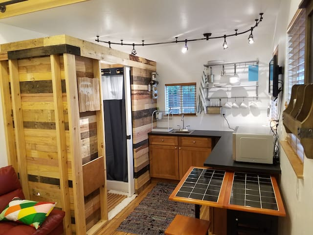 Tiny Home in the Heart of the City- ECO FRIENDLY - Denver - Bungalow