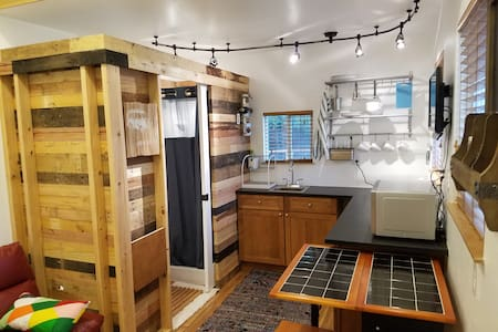 Tiny Home in the Heart of the City- ECO FRIENDLY - デンバー - バンガロー