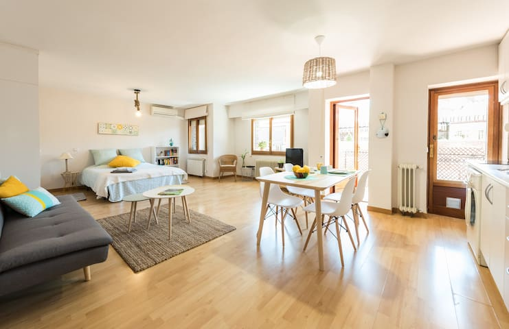 Charming and Bright Apartment. WIFI. A/C. 2´Metro